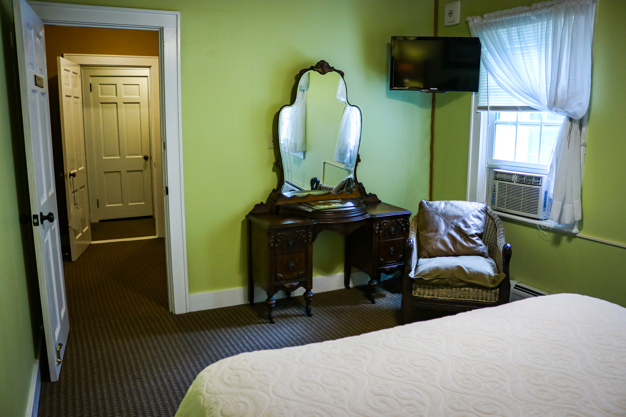 The Silent Oak Room Features ....